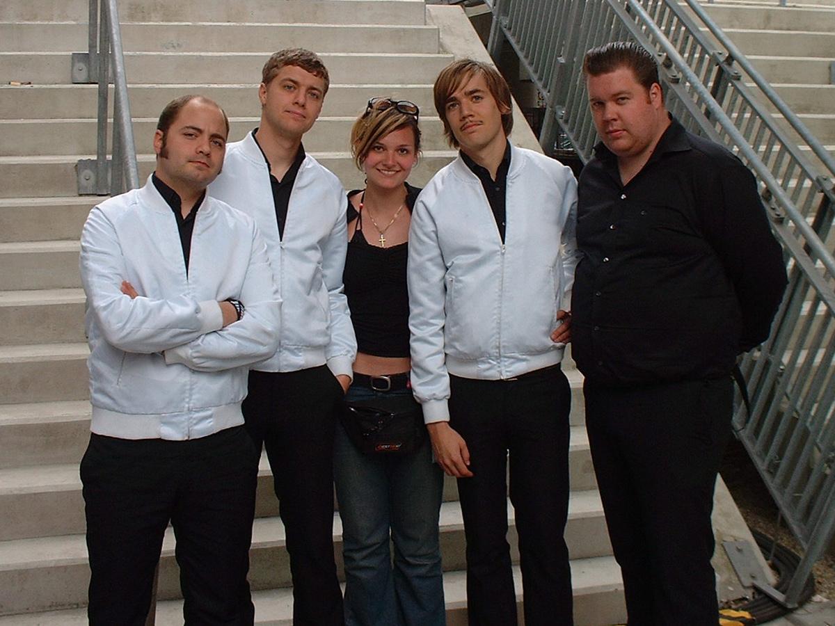Nina mit der Band The Hives. (c) ZVG