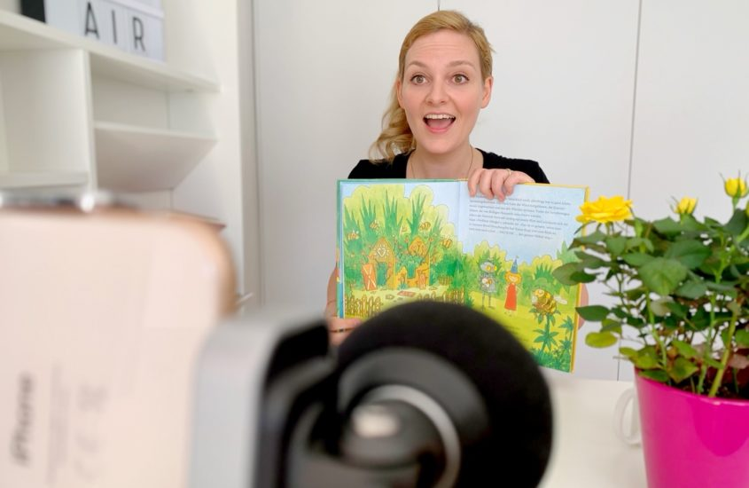 """Sprecherin Nina-Carissima Schönrock liest Kinderbücher für die """"Wuselstunde"""""""
