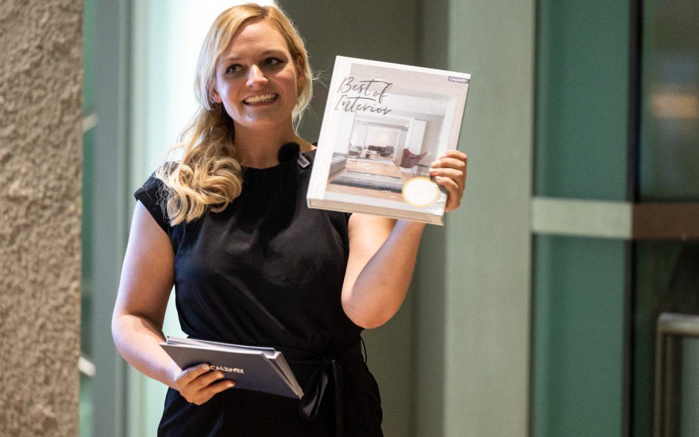 Nina-Carissima Schönrock, Moderatorin, Event-Moderatorin, Gala-Moderatorin, Moderatorin Preisverleihung, Best of Interior 2021, Callwey Verlag, Steelcase